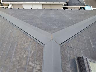 色褪せて防水性が低下したスレート屋根の調査