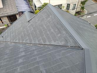 色褪せて防水性が低下したスレート屋根の調査の様子