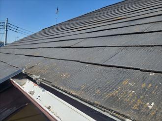 屋根全体のスレートが反っています