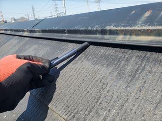 棟板金が浮いているスレート屋根の調査