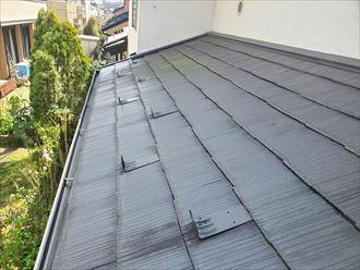 スレート屋根の防水性が低下しています