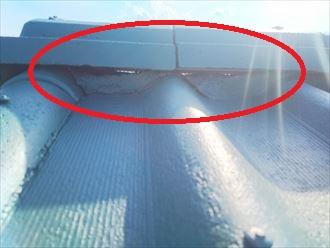 漆喰が剥がれて隙間ができていますので雨漏りに繋がります