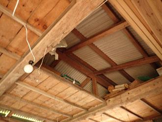 屋根裏や天井にも雨漏りの痕跡がありました