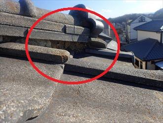 漆喰が剥がれて葺き土が露出した瓦屋根の棟