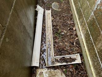 庭に落ちた雨樋