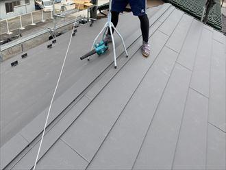 屋根葺き替え工事にて棟板金設置の様子