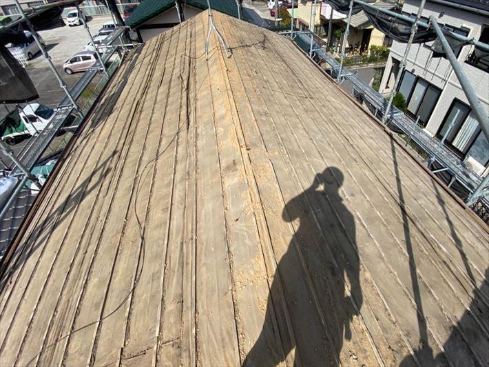屋根葺き替え工事にて既存の瓦を解体撤去