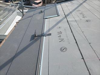 屋根葺き替え工事にて雪止めを設置