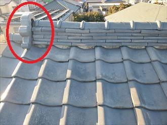 鬼瓦の周りの漆喰が剥がれているので雨漏りや鬼瓦の落下に繋がります