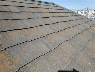 防水性が低下し苔・藻・カビが発生しているスレート屋根