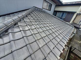 瓦が割れた下屋根の調査の様子
