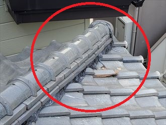 棟の下部の瓦が割れており放置すると雨漏りに繋がります