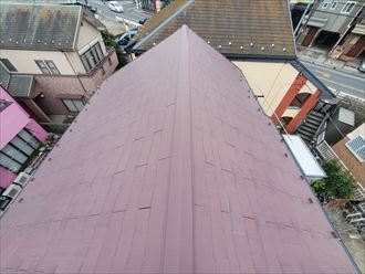 経年の劣化により屋根材にひび割れや欠けが発生したスレート屋根