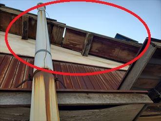 地震によりセメント瓦屋根の袖瓦が落下