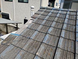 強風によりセメント瓦屋根の袖瓦が落下し雨漏り発生