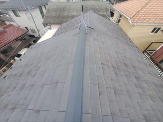 苔が発生しているスレート屋根の調査