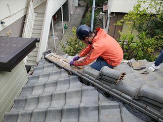 棟取り直し工事にてのし瓦を銅線で固定します
