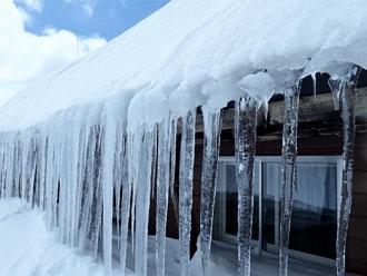 すがもれは屋根に積もった雪が氷になり溶けて室内に漏水する現象です