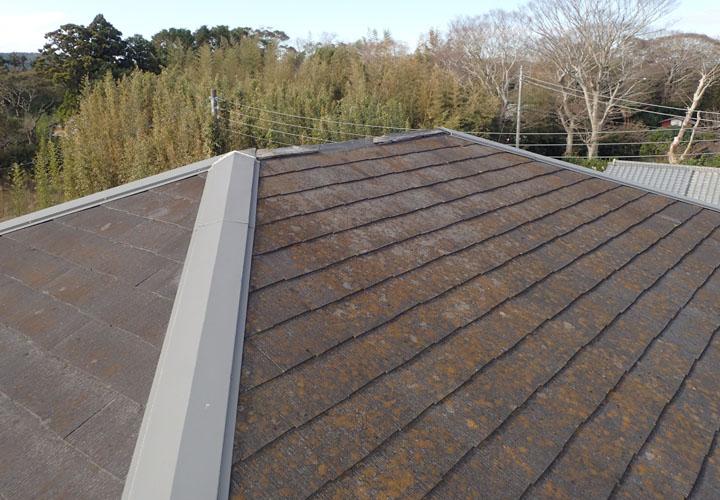 台風の被害を受けたコロニアル屋根