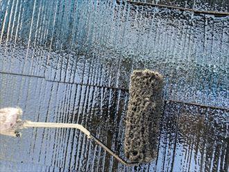 屋根塗装工事にて上塗りの様子