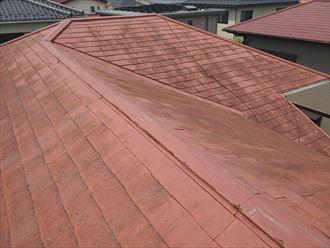 スレート屋根の棟板金の調査の様子
