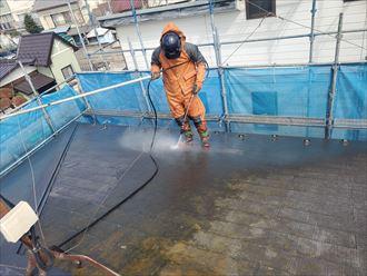 屋根塗装工事にて高圧洗浄の様子