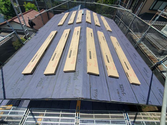 屋根カバー工事にてルーフィングを敷設後、スーパーガルテクトを荷揚げ