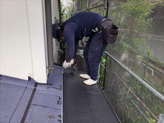 屋根カバー工事にて下屋根の施工の様子