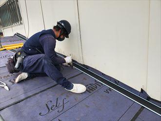 屋根カバー工事にて雨押え設置