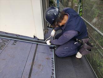 屋根カバー工事にて雨押え水切りを設置