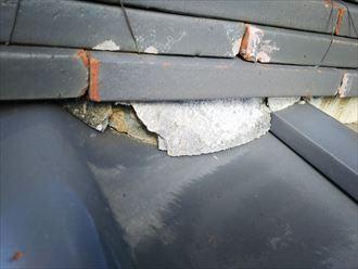 棟の漆喰が剥がれて葺き土が露出すると雨漏りに繋がります