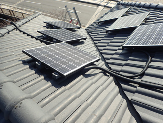 ソーラーパネルが乗った屋根