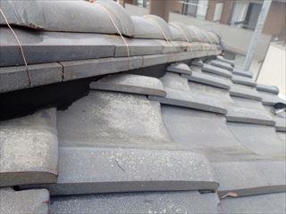 棟取り直し工事にて冠瓦を積み銅線で固定