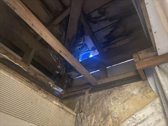屋根に開いた雨漏り