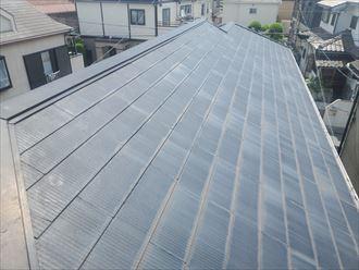 塗膜が剥がれて色褪せたスレート屋根