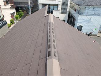 塗膜が剥がれて色褪せたスレート屋根の調査