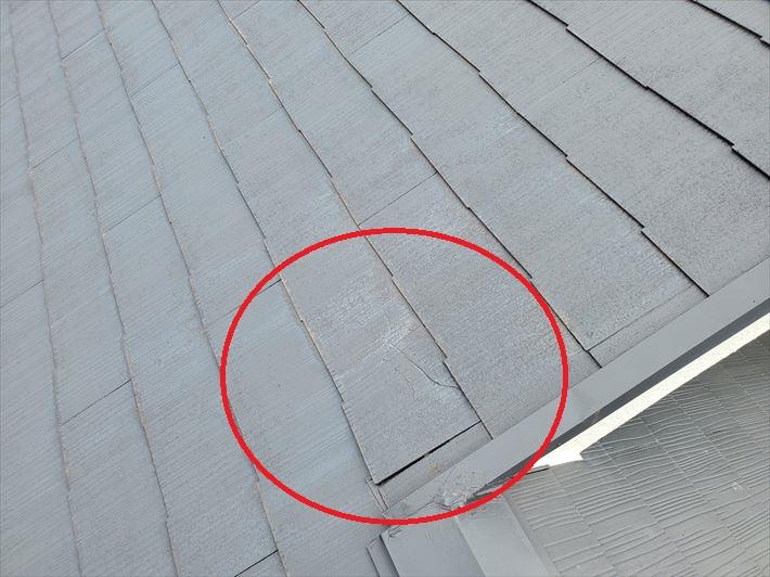 スレート屋根にひび割れが発生