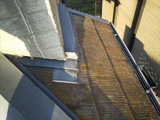 スレート屋根の防水性が低下して苔が発生しています