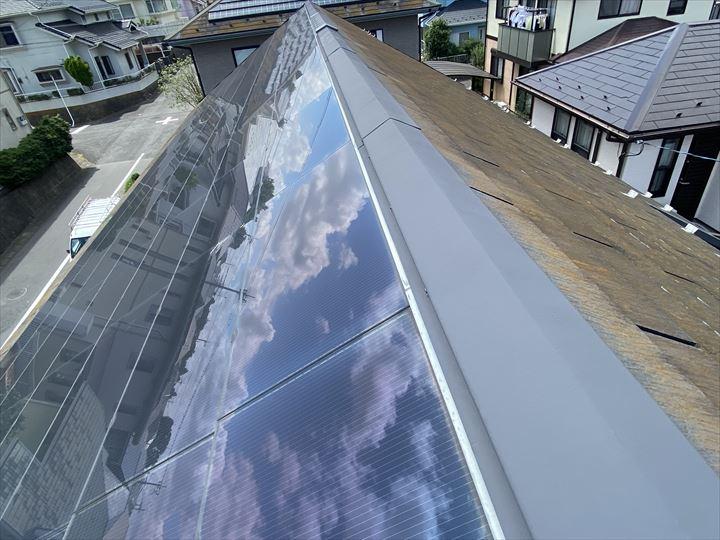 ソーラーパネルが埋め込まれたコロニアルneoの屋根
