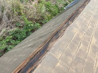 既存の棟板金を外すと木材の貫板に腐食している様子が確認できました