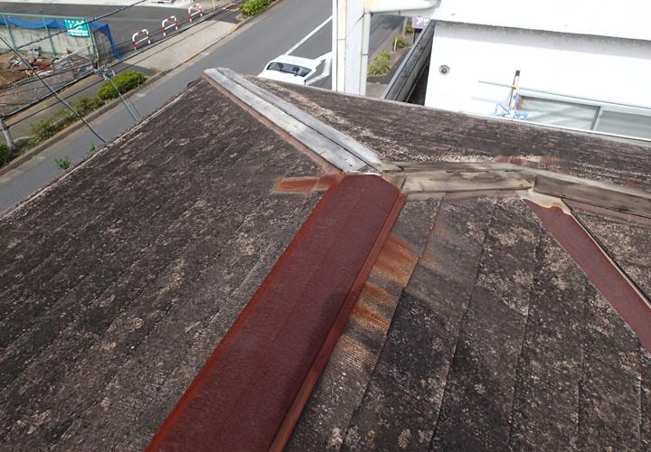 習志野市袖ケ浦で棟板金が錆びて飛散しており下地貫板の腐食が進んでいました