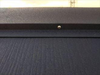 屋根カバー工事にて設置した棟板金をSUSビスで固定