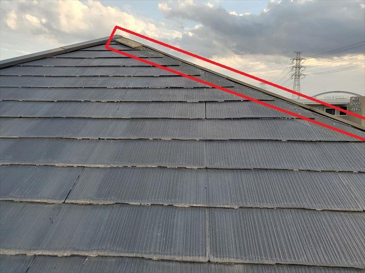強風の影響により棟板金と下地材の貫板が飛散