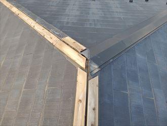 強風の影響により棟板金と貫板が飛散