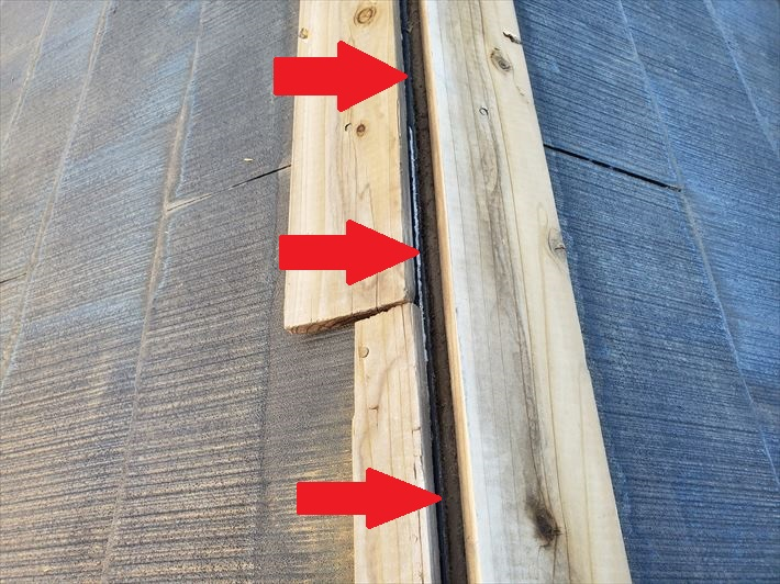 棟板金が飛散し防水紙が露出すると雨漏りに繋がります