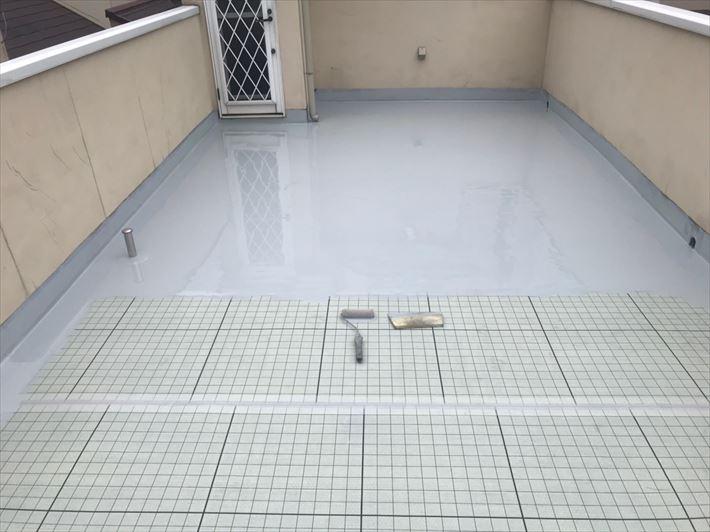ウレタン塗膜防水通気緩衝工法にて防水材1層目を塗布