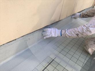 ウレタン塗膜防水通気緩衝工法にて立上りにメッシュシートを張り合わせます