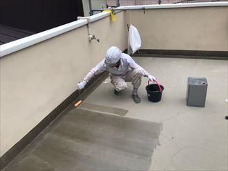 ウレタン塗膜防水通気緩衝工法にてプライマーを塗布