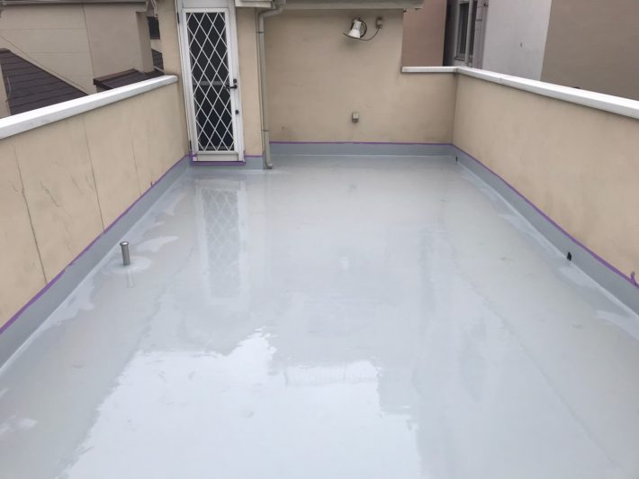 ウレタン塗膜防水通気緩衝工法にて2層目の防水材を塗布