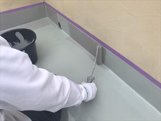ウレタン塗膜防水通気緩衝工法にてトップコートを塗布